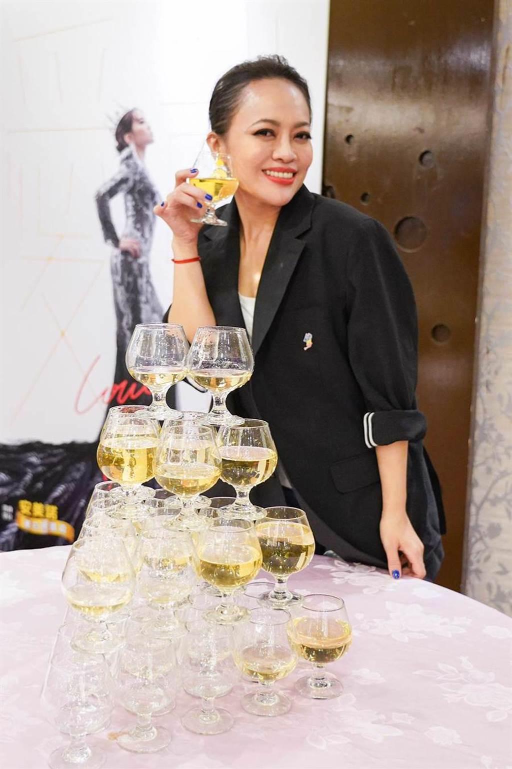 戴愛玲歡喜地開香檳慶祝演出圓滿成功。(索尼音樂提供)