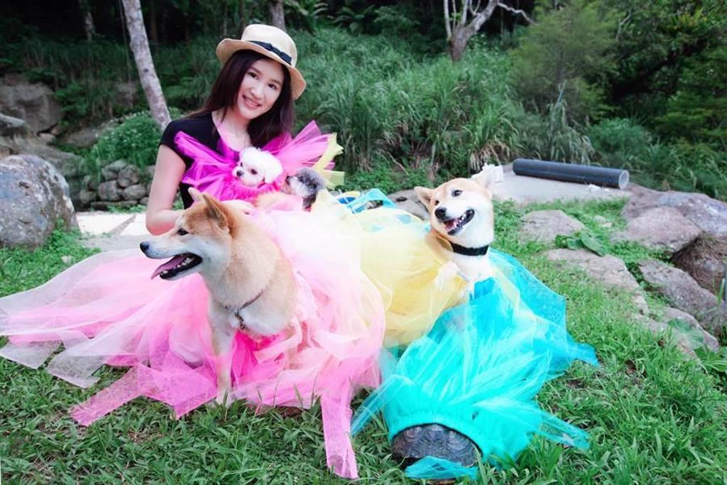田心蕾為家中寵物縫製各色蓬蓬裙,還拍起網紅照。(瑞田音樂提供)