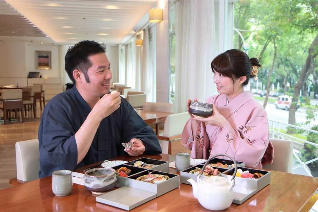 台北老爺酒店推出「和風秋旅」,由專人服務身穿浴衣體驗、享受日式3層下午茶。(台北老爺酒店提供)