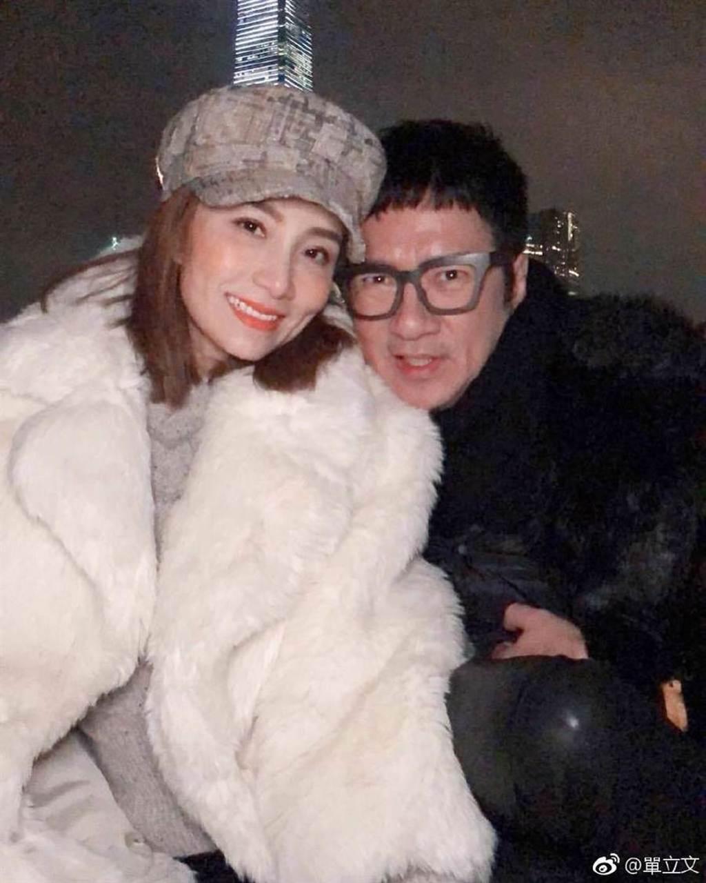 善立文和歌手胡蓓蔚交往11年步入禮堂,婚後沒小孩。(圖/翻攝自單立文微博)