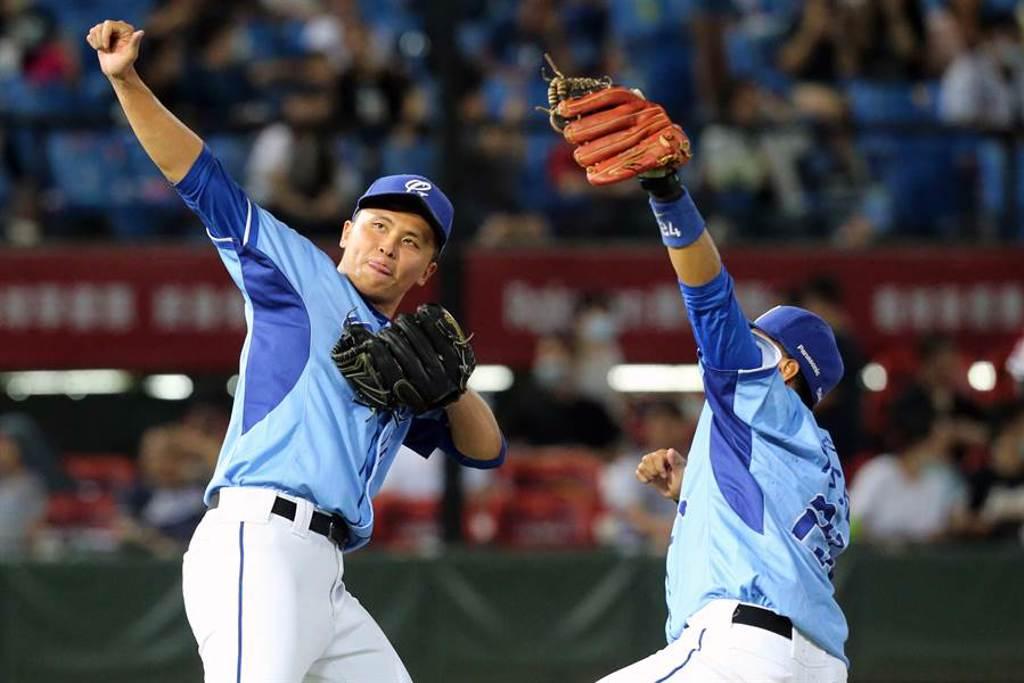 富邦悍將先發投手陳仕朋(左)投出生涯首次完投完封勝,賽後與隊友陳凱倫(右)慶祝。(陳麒全攝)