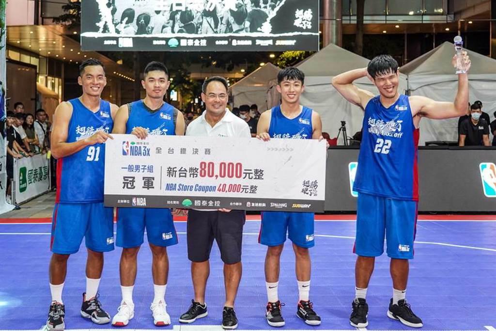 張瀚元(右二)是一般男子組3連霸的魯肉飯隊唯一元老球員。(國泰金控提供)