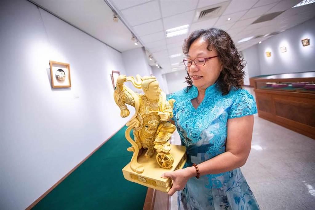 「漆線雕」幾乎是男性師傅的天下,楊琇文投入業界闖蕩34年,創作之餘不忘系統化教學傳承技藝。(袁庭堯攝)
