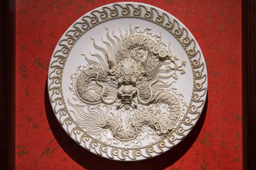 楊琇文「漆線雕」複合媒材新作品,龍王。(袁庭堯攝)