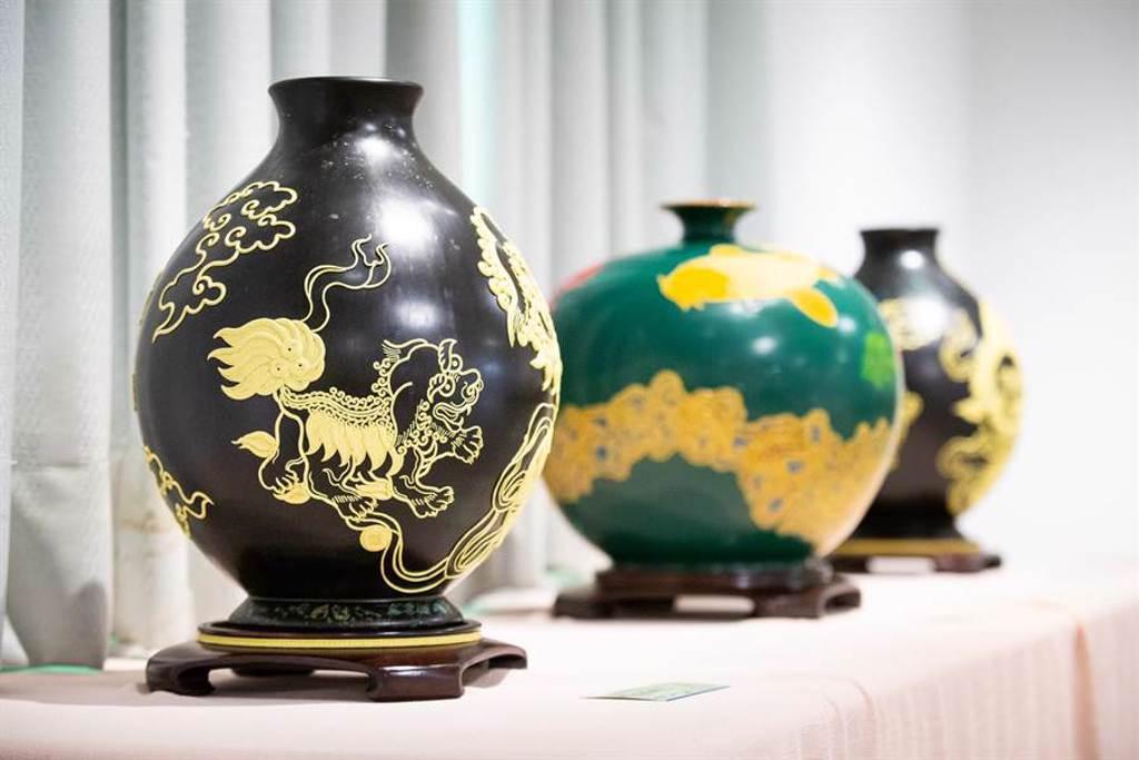 「漆線雕」結合陶器的創作。(袁庭堯攝)