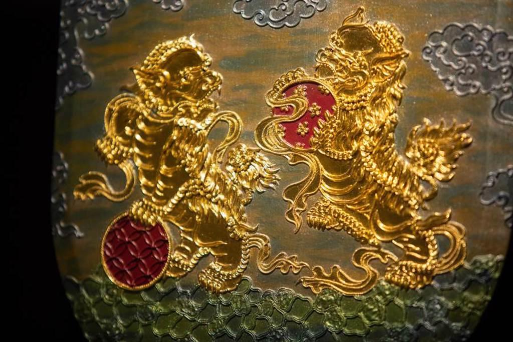 貼上金箔的漆線雕作品,展現金碧輝煌的氣勢。(袁庭堯攝)