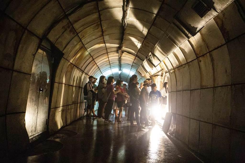 鼓山洞終年有水,氣氛陰森,過去因警總專用聞名。(袁庭堯攝)