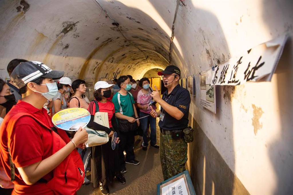 鼓山洞鄰近柴山,擁有豐富的歷史故事和自然資源,洞內陳列大量的老照片和化石標本。(袁庭堯攝)