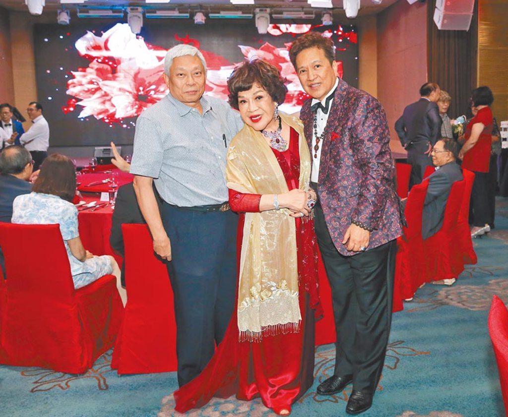 旺旺集團董事長蔡衍明(左)昨親自出席周遊壽宴,祝福她與老公李朝永恩愛甜蜜。(盧禕祺攝)