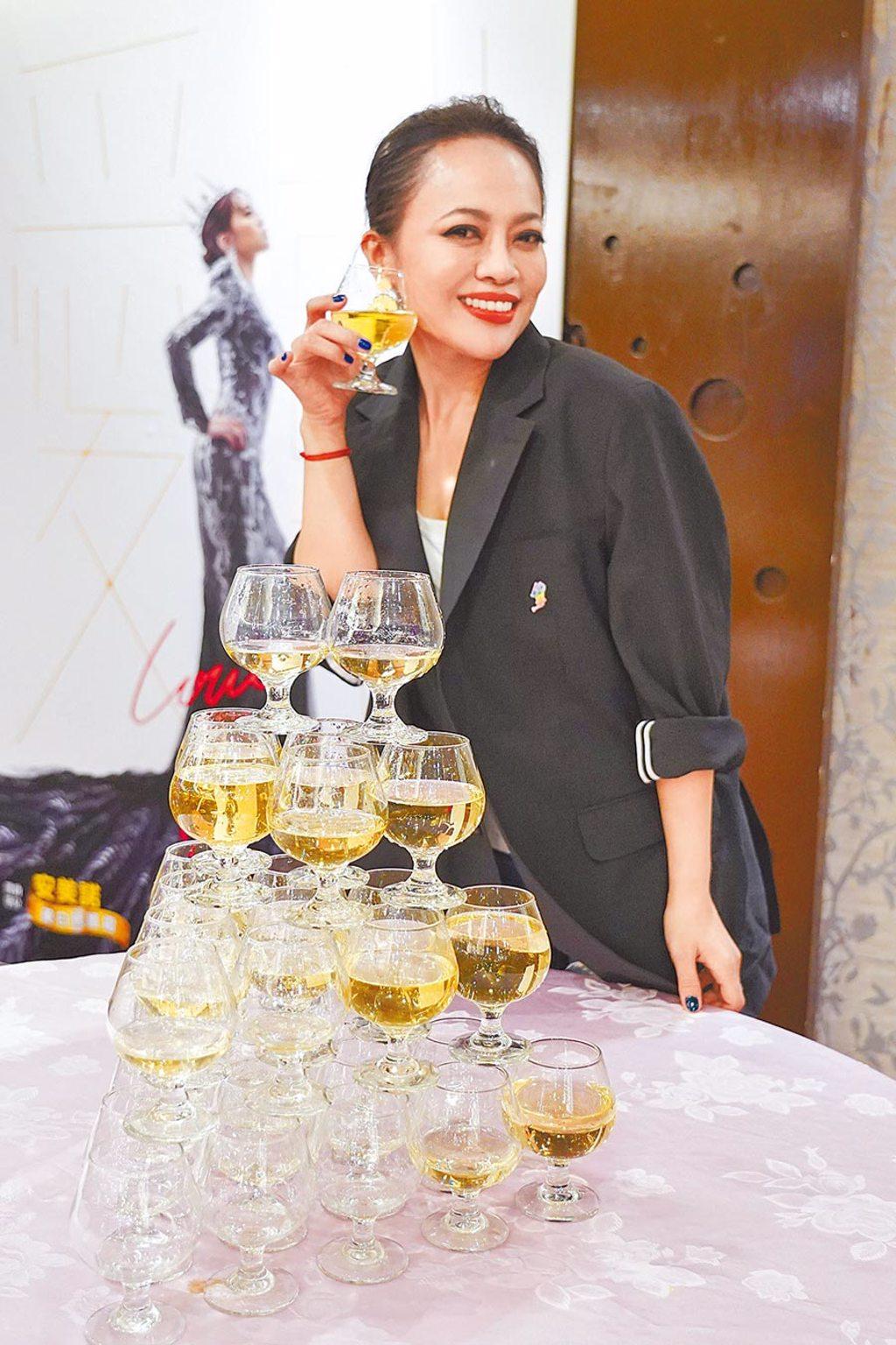 戴愛玲前晚歡喜地開香檳慶祝演出圓滿成功。(索尼音樂提供)