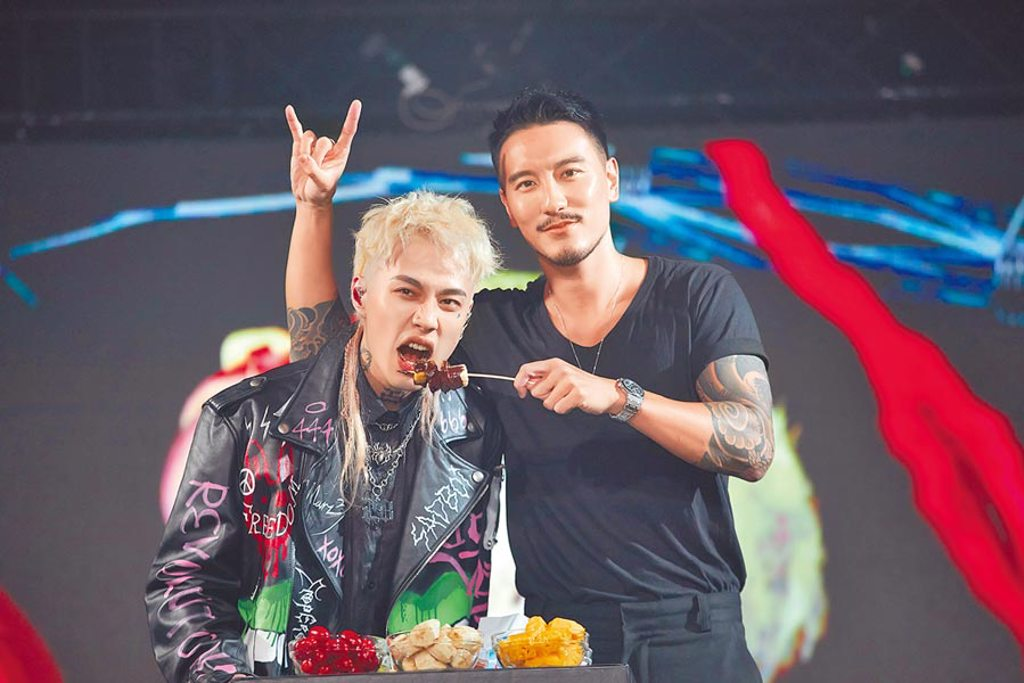 王陽明(右)昨送巧克力鍋力挺Marz23開唱。(華納音樂提供)