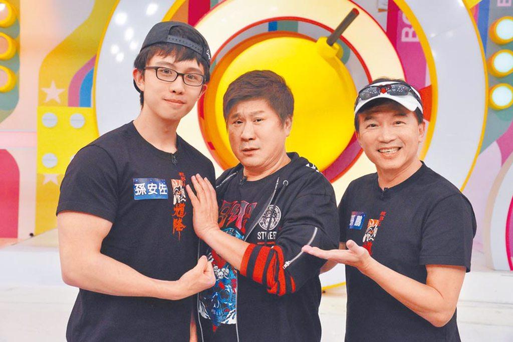 孫鵬(右)陪兒宣傳電影,胡瓜(中)對孫安佐結實胸肌感到震驚。(衛視中文台提供)
