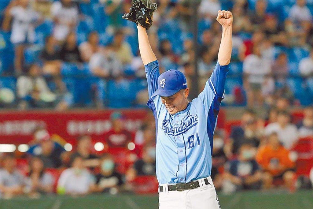 富邦悍將先發投手陳仕朋投出生涯首次完封,振臂慶祝。(陳麒全攝)