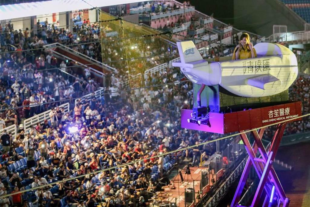 蘇慧倫在小飛機上獻唱「被動」,球場上球迷們跟著哼唱,下機後滿是新鮮感的蘇慧倫直呼在小飛機上開唱,真的是賺到了。(陳麒全攝)