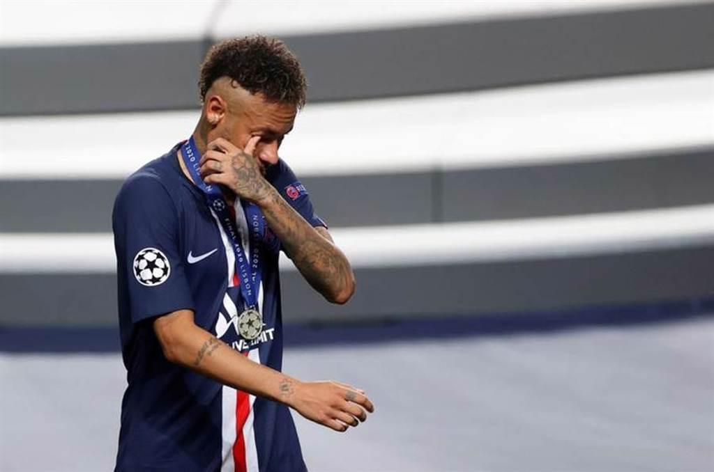 巴黎聖日耳曼在歐冠決賽兵敗,球星內馬悲傷落淚。(路透)