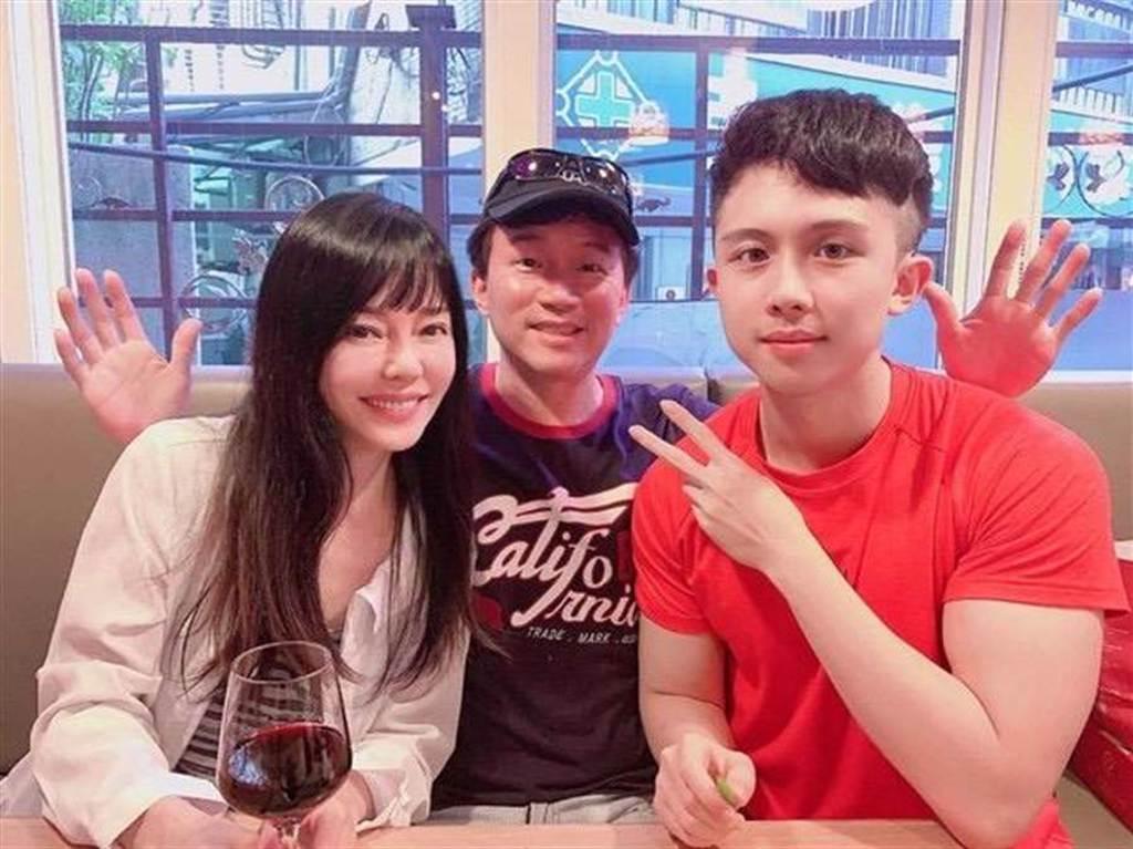 孫安佐與父母孫鵬、狄鶯。(摘自IG)