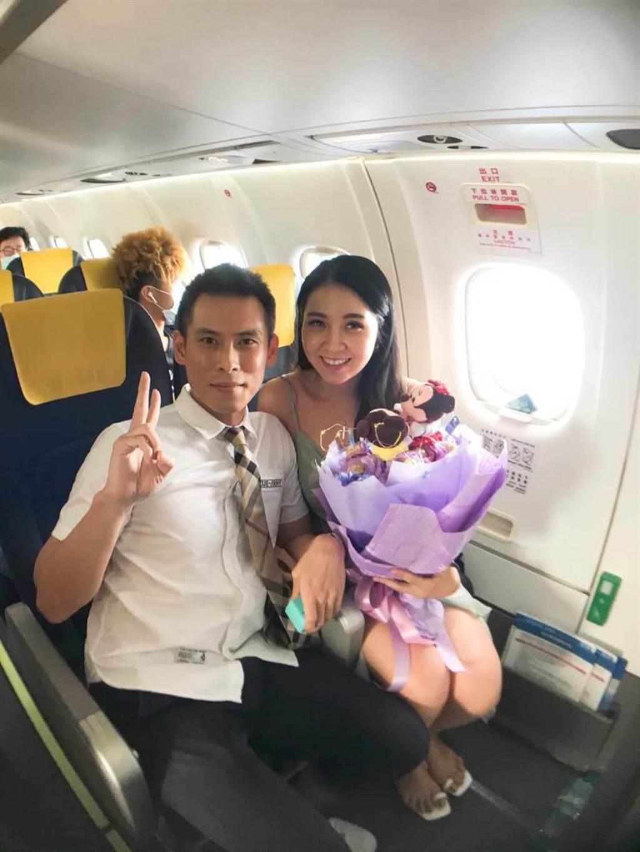 何姓旅客向女友求婚成功。(華信提供)