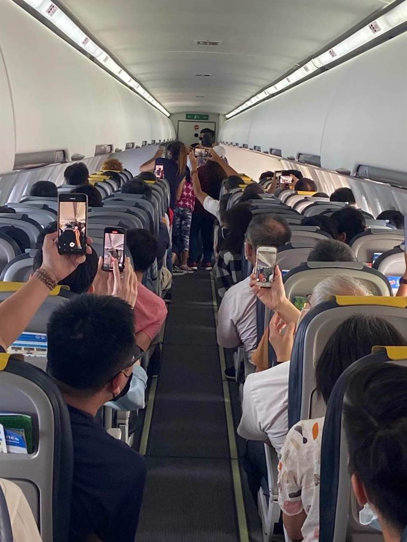 全機旅客高喊嫁給他。(華信提供)