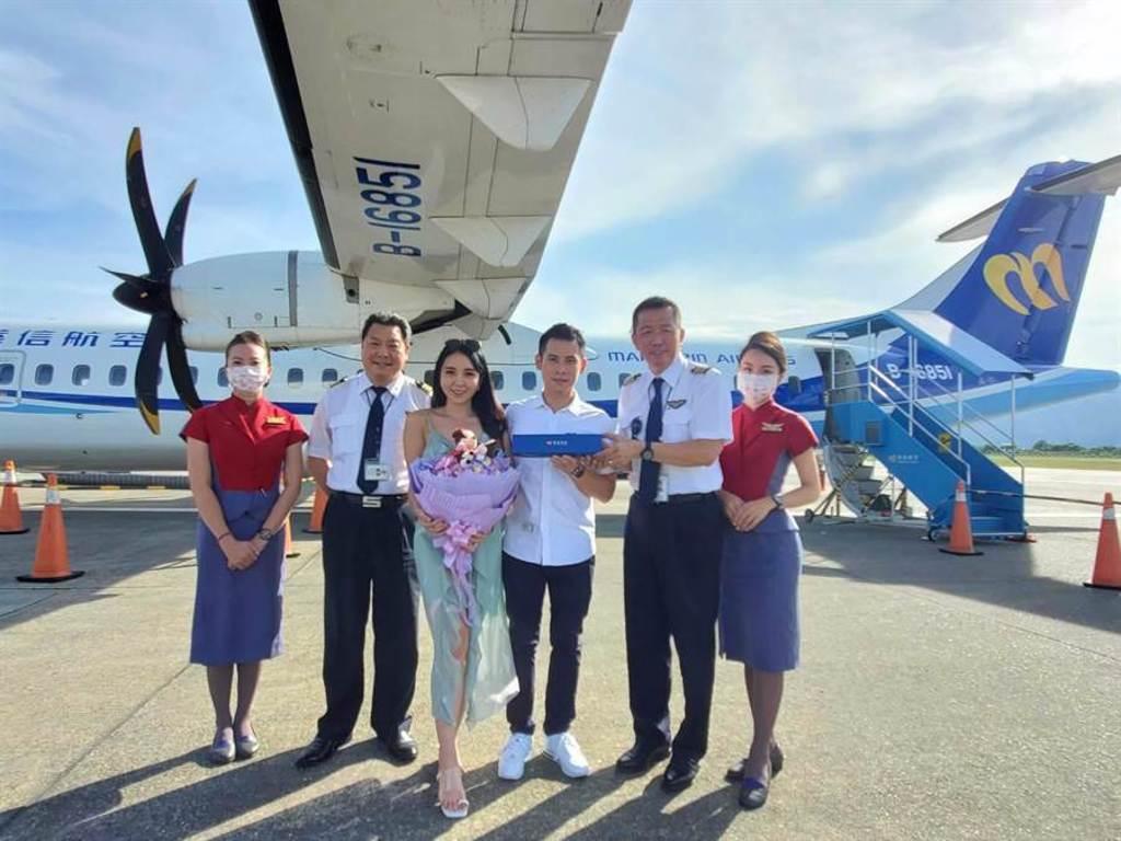 華信班機有旅客在機上求婚成功。(華信提供)