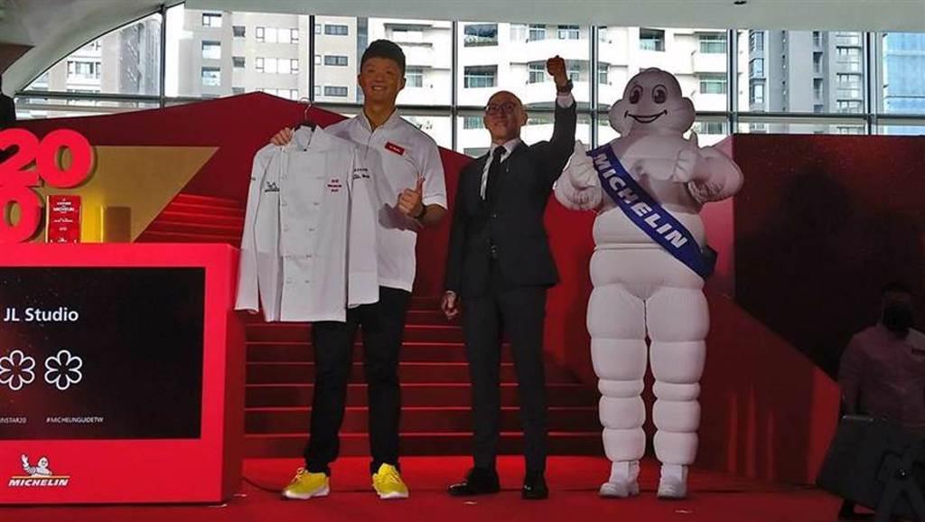 型男主廚Jimmy林恬耀(左)領軍的「JL STUDIO」餐廳,榮獲米其林二星殊榮,也是台中地區唯一獲得二星的餐廳。(圖/曾麗芳)