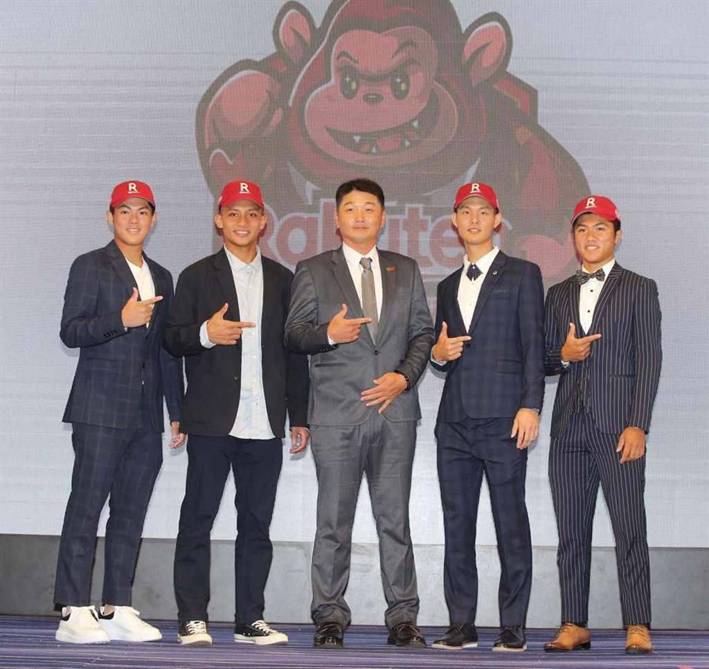 樂天桃猿宣布與選秀新人林子崴(左1)等5人達成加盟共識。(資料照/黃國峰攝)