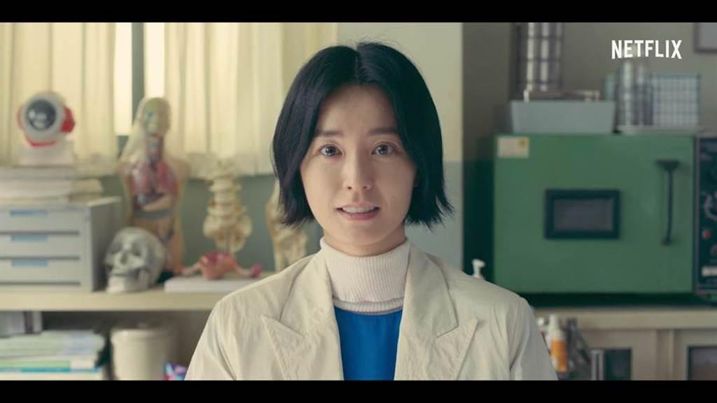 鄭裕美飾演校護老師安恩英。(Netflix提供)