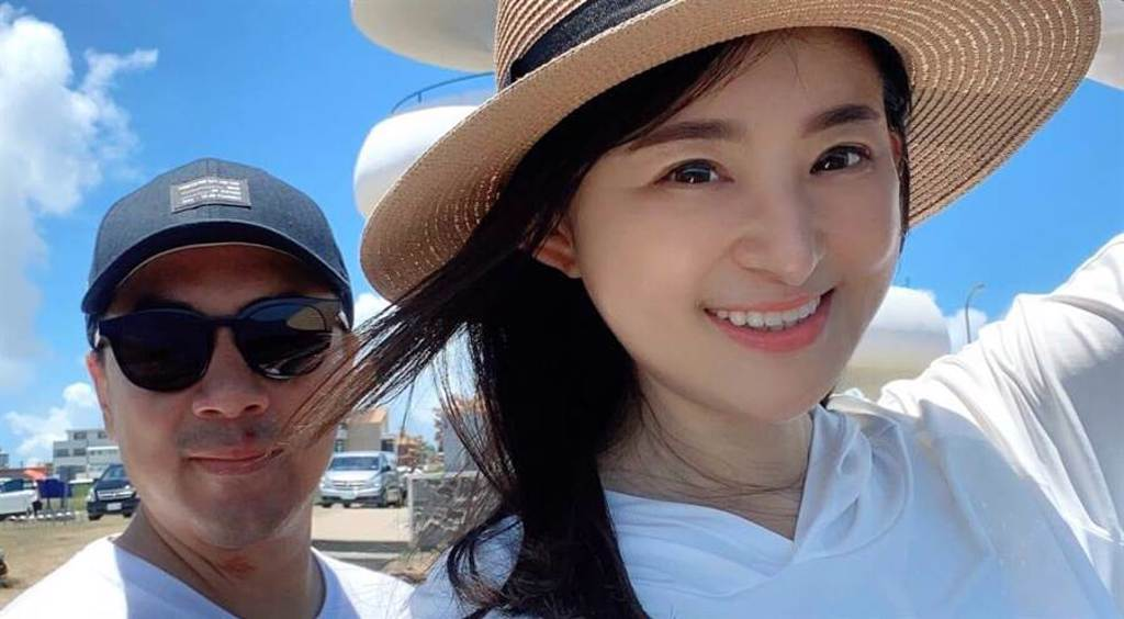 蘇宗怡夫妻都愛車,兩人有聊不完的話題。(TVBS提供)