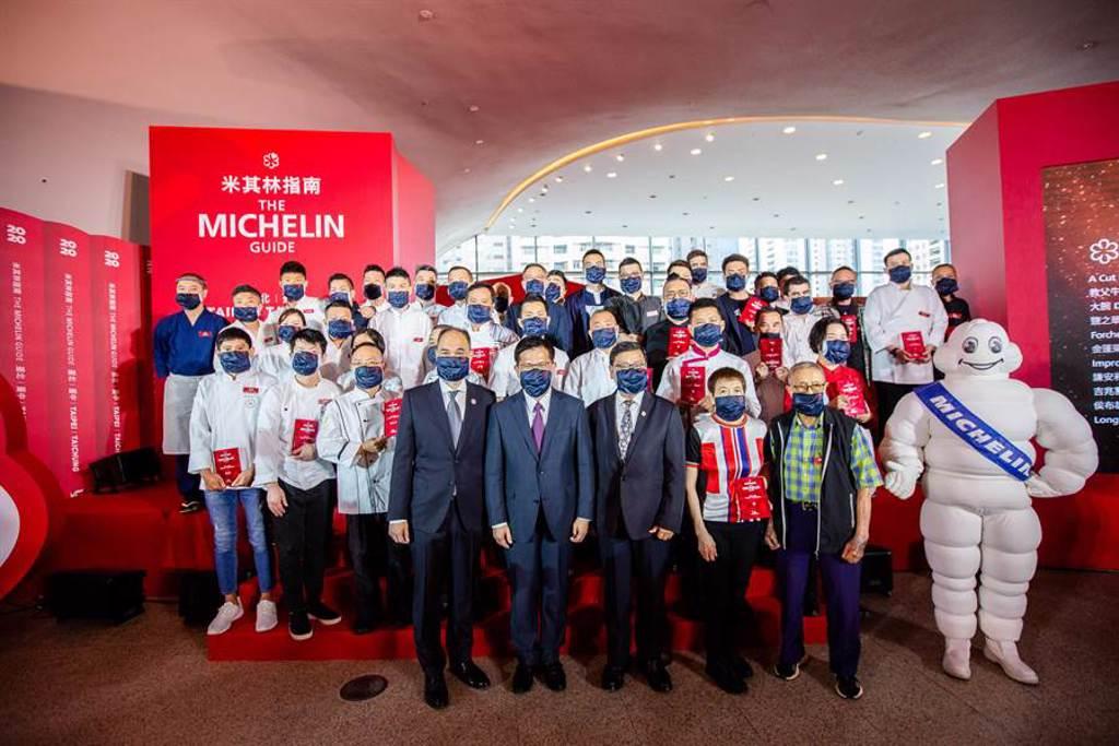 《臺北臺中米其林指南 2020》昨(24日)正式發表,更首次移師至台中國家歌劇院舉行,交通部長林佳龍(中)、台灣米其林董事長毛行健(左)出席活動。(米其林提供)