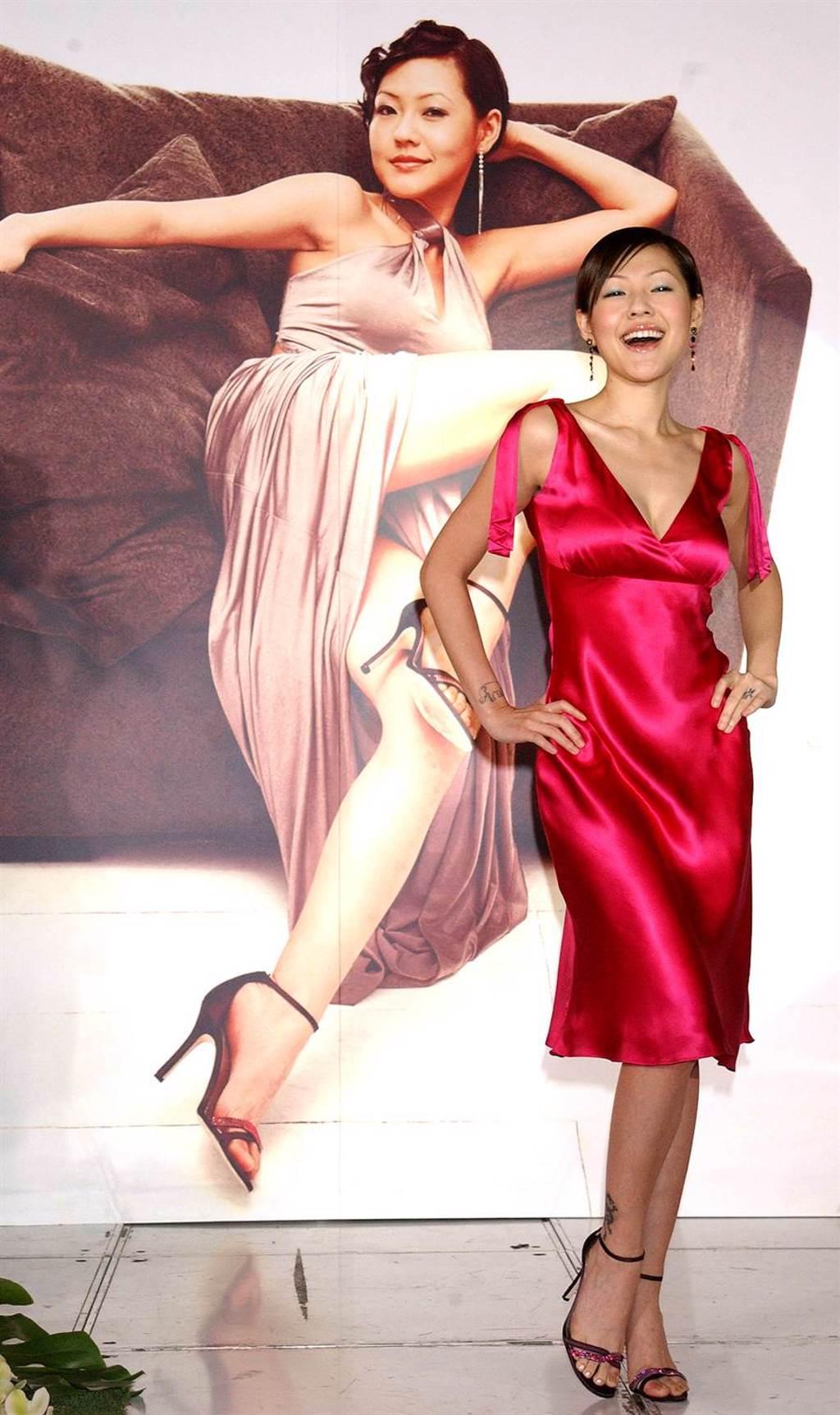 2004年12月17日台北小s徐熙娣代言肌膚保養品,現場展示自己佼好的身材。(李威德攝)