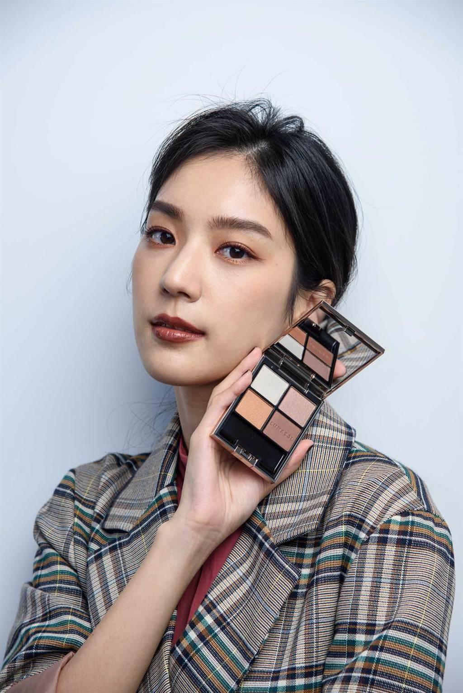 演員季念潔搭配LUNASOL 2020秋冬晶巧霓光眼彩盒#07,打造美麗妝容。(LUNASOL提供)