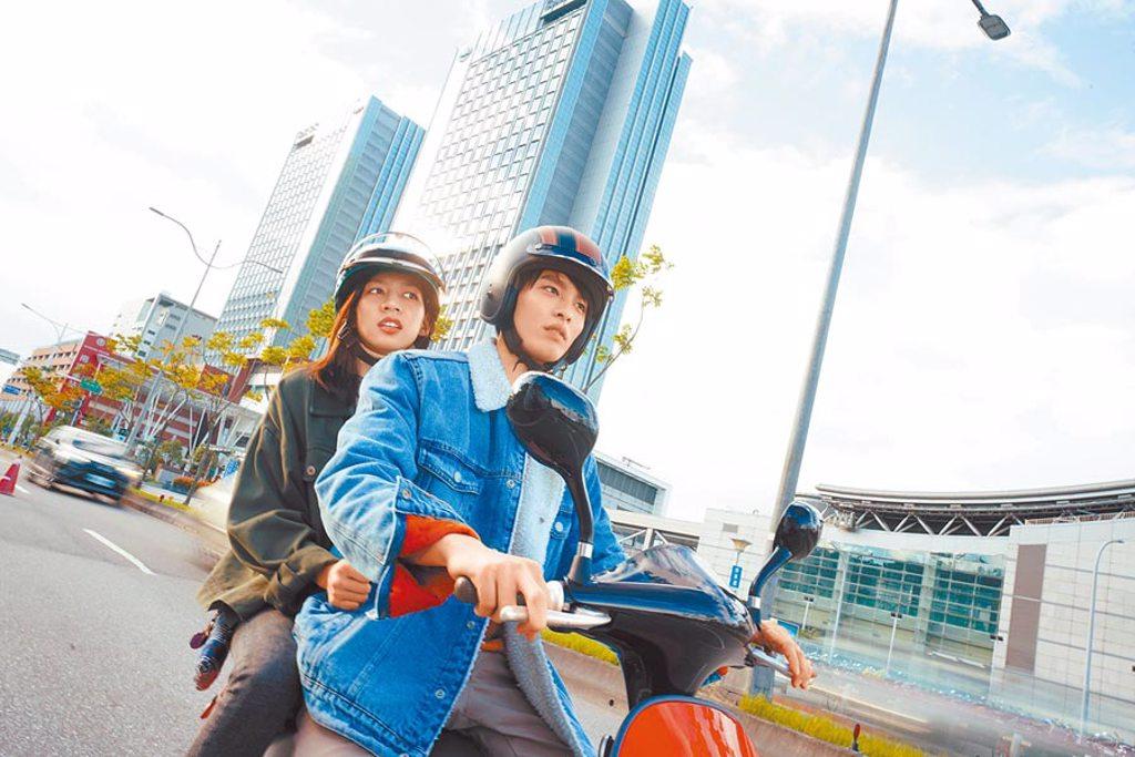 陳妤(後)和曹佑寧在片中時而搞笑,時而曖昧。(華映娛樂提供)