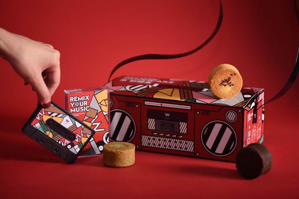 台北W飯店2020年推出的復古卡帶收音機造型「MOOSIC樂餅禮盒」,外型討喜並落實環保。而禮盒中附贈獨家限量「W復古卡帶藍牙音響」,不僅能撥放音樂還具有充電功能。(圖/W飯店)