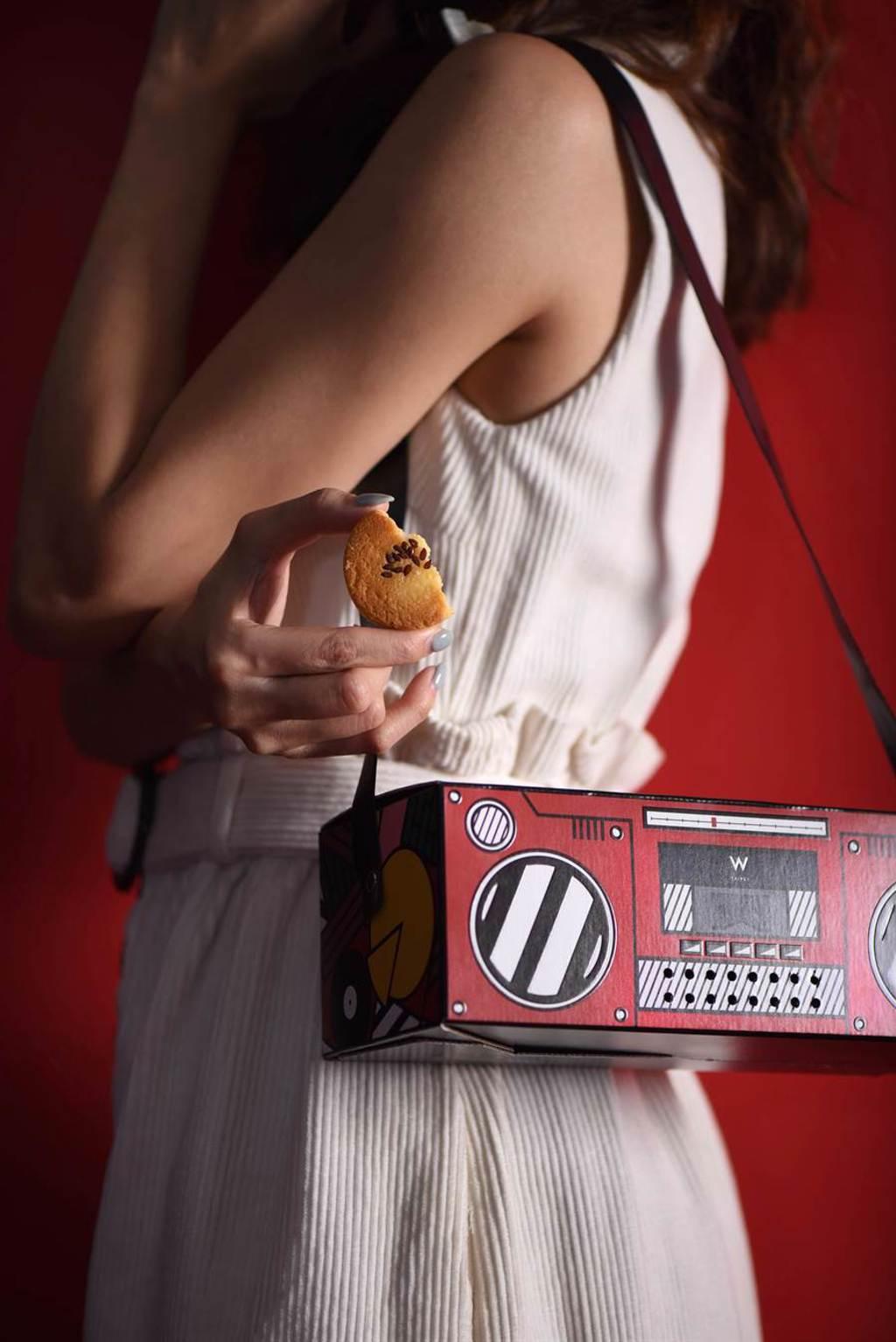 標榜「帥出新高度」的」台北W飯店 復古卡帶收音機造型「MOOSIC樂  餅禮盒」, 採一體成形設計、「無須外袋」。(圖/台北W飯店)