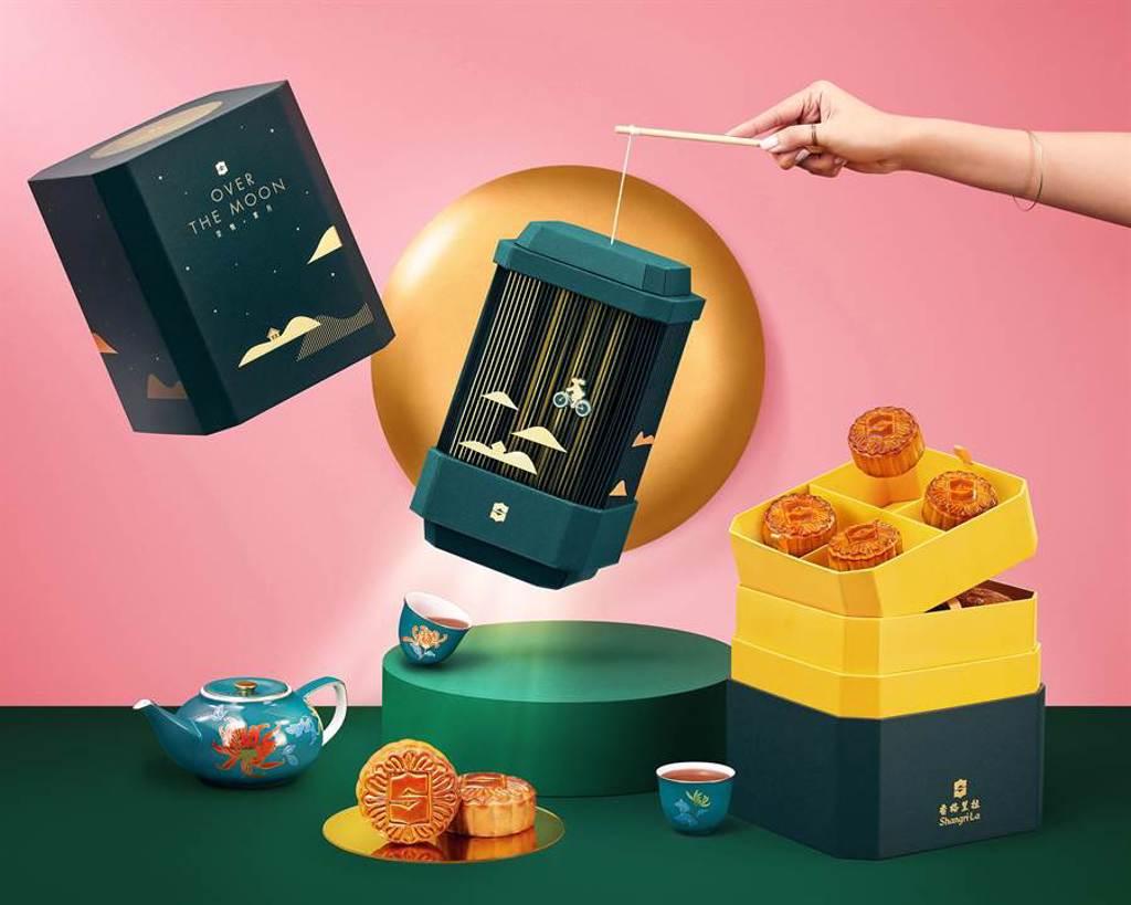 香格里拉集團限量出的〈傳月~香傳廚神〉,每一盒內均配有充滿節日氣氛的LED燈籠,令人憶起佳節跟至親友好共聚一堂的溫馨點滴。(圖/香格里拉台北遠東國際大飯店)