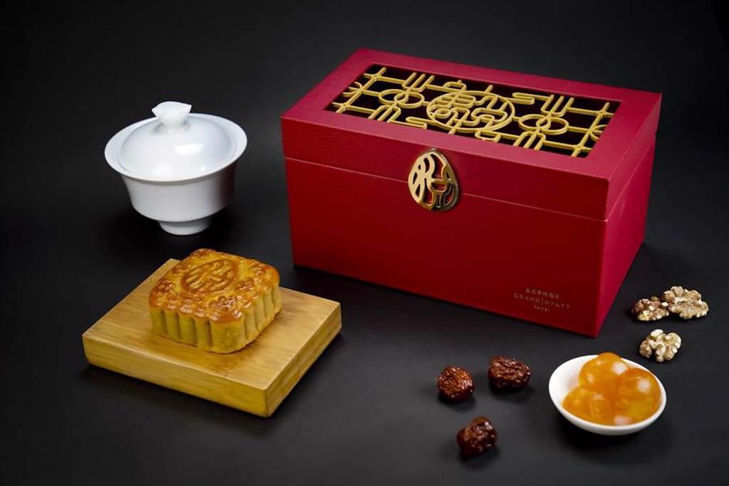 台北君悅酒店今年推出的〈闔家悅〉禮盒,強調以「月圓花好闔家歡聚」概念設計,月餅吃完了,盒子可留下作寶飾品收納盒使用。(圖/台北君悅酒店)