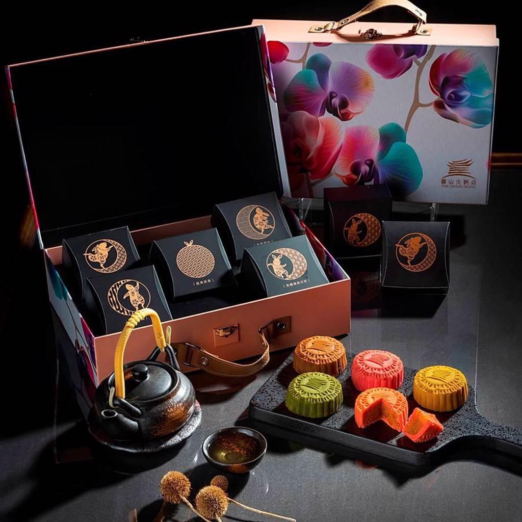 圓山大飯店今年以時尚輕旅行為概念,設計推出「甜美蘭花」與「富貴牡丹」二款「行李箱中秋禮盒」,標榜月餅吃完後也可以當收納盒使用。(圖/圓山大飯店)