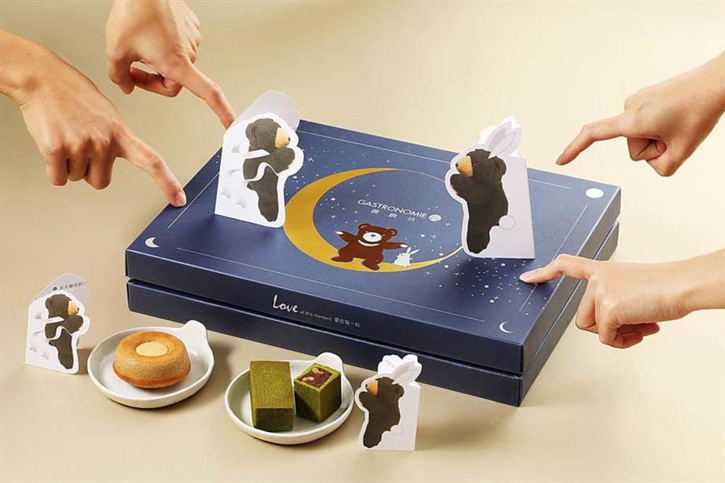 麗緻餐旅集團今年以懷舊童趣發想,將集團人氣吉祥物麗緻熊化身成紙牌,打造充滿復古童趣的「麗緻盈月」禮盒,每盒價1080元。(圖/麗緻餐旅集團)