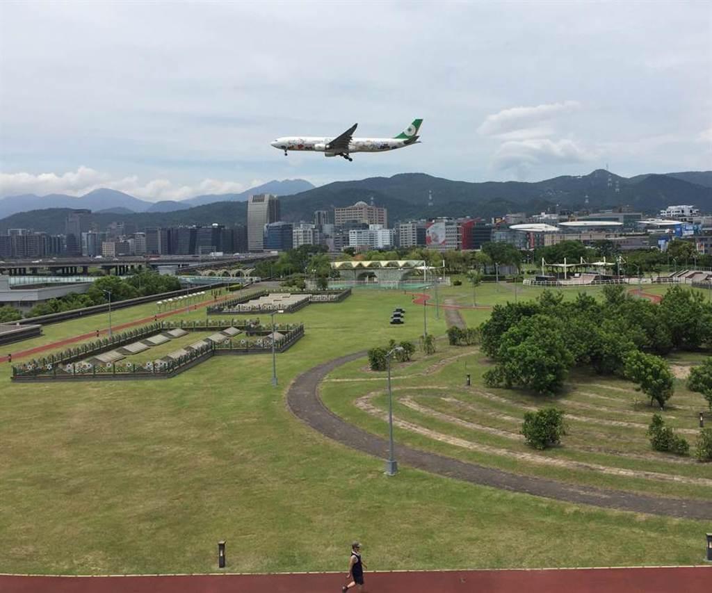 緊鄰松山機場的內湖運動公園是另一處賞機祕境。(北市衛工處提供/譚宇哲台北傳真)