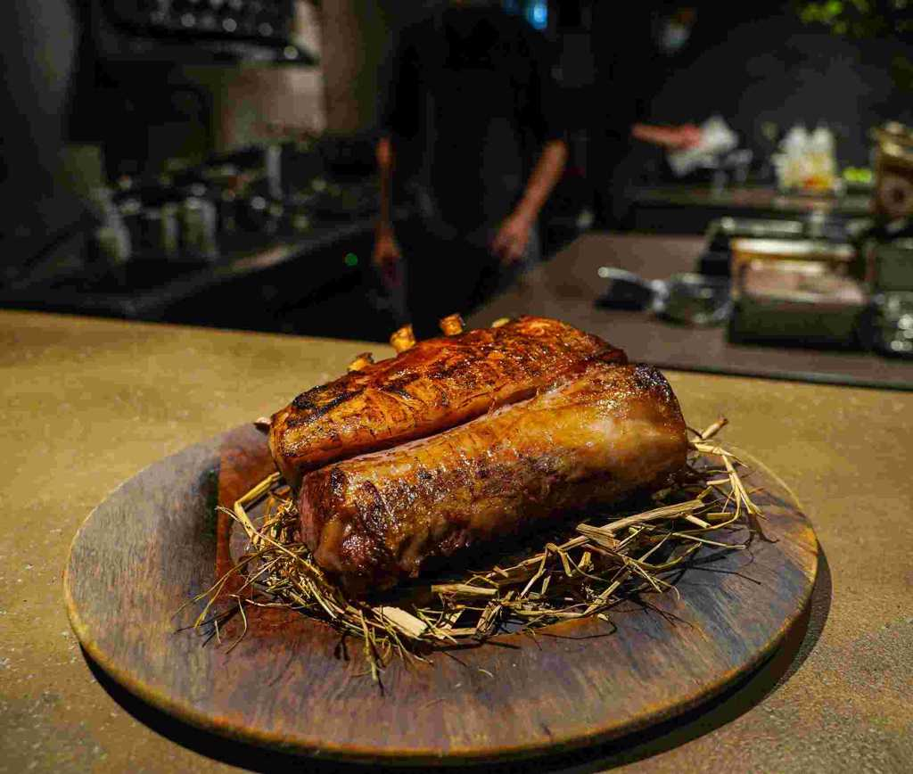 ▲ 這一季首度採用的澳洲羔羊排,切片前的擺盤讓人食指大動。