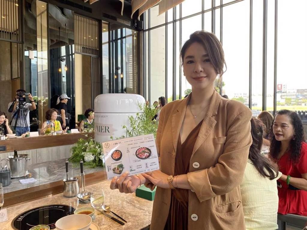 前主委顏清標的媳婦黃子涵,也是「月暮藏涮涮鍋」創辦人之一,向來以氣質美女著稱。(馮惠宜攝)