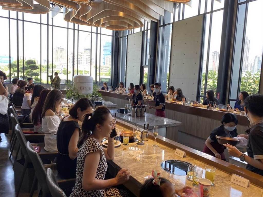 七夕情人節「LA MER海洋拉娜」、和「月暮藏涮涮鍋」邀請30名扶輪社社友一起參與一場美麗奇蹟美妍分享講座。(馮惠宜攝)