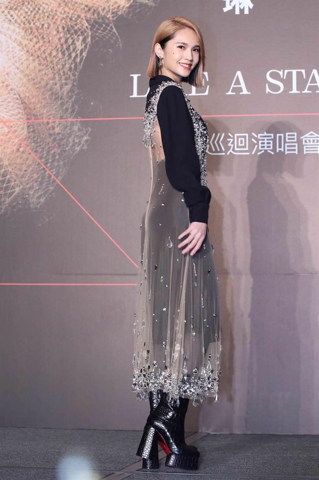 楊丞琳今在記者會上小露美背。(陳俊吉攝)