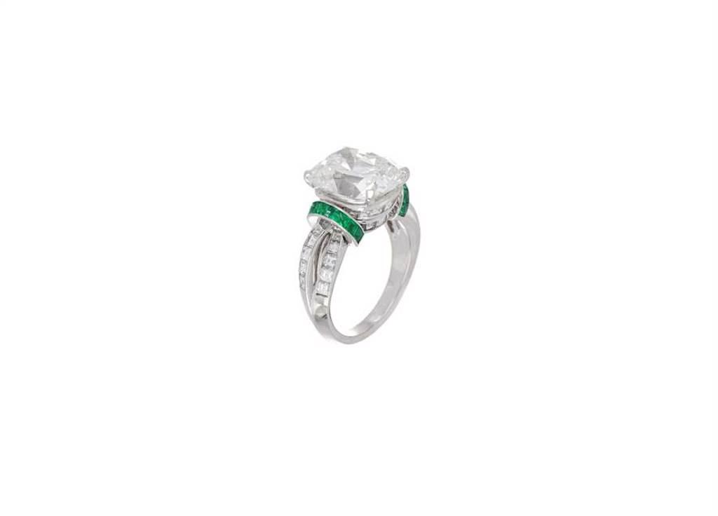麗晶精品獨家,BVLGARI頂級鉑金鑽石及祖母綠戒指,價格店洽。(麗晶精品提供)