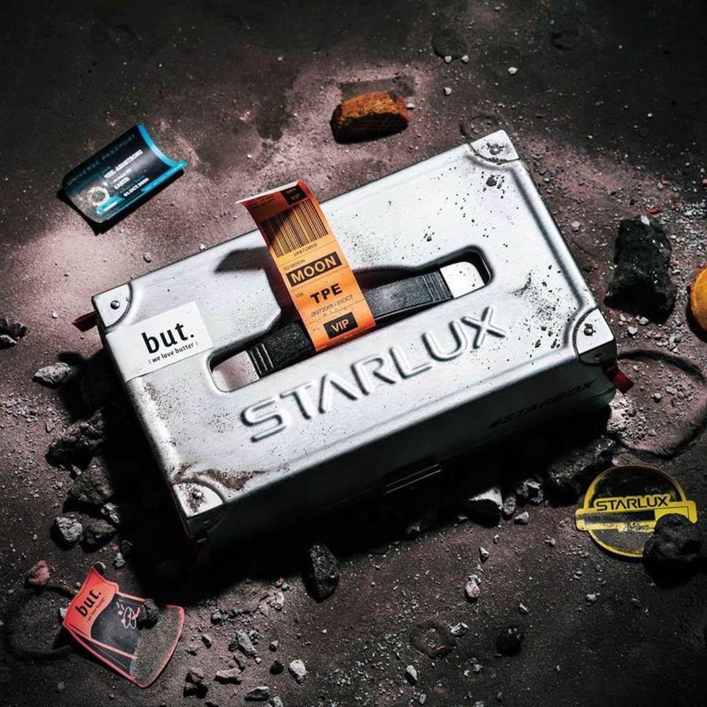 「星宇箱#STARBOX」,外盒提箱使用 A321neo 航空貨運的AKH 集裝箱,類行李箱材質還可耐壓抗撞,十分吸睛。(摘自星宇臉書)