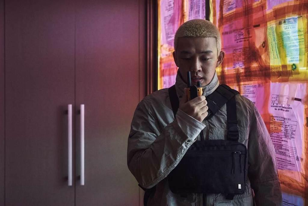 劉亞仁在片中飾演金髮電玩宅。(Netflix提供)