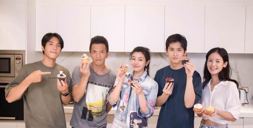 藝人唐振剛(左起)、黃尚禾、陳妍希、石知田、袁子芸合體做杯子蛋糕。(祖與占影像製作提供)