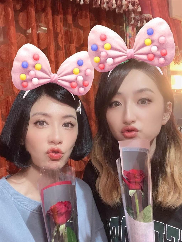 賈靜雯、柯佳嬿開心收到情人節祝福。(摘自臉書)