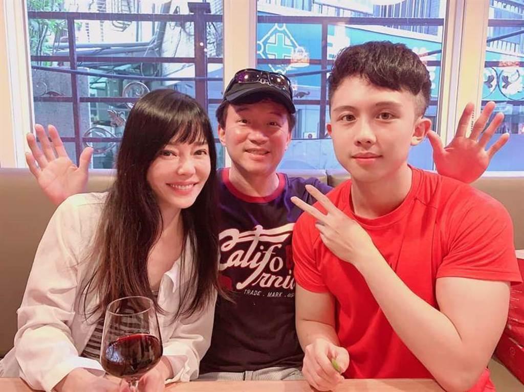 孫安佐(右起)和父親孫鵬、母親狄鶯今發表共同聲明。(資料照)