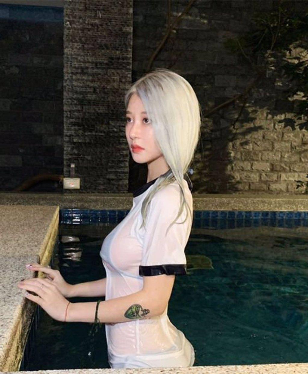 美麗妄娜發明死庫水系列,好身材讓人鼻血快噴出(翻攝至美麗妄娜YouTube)