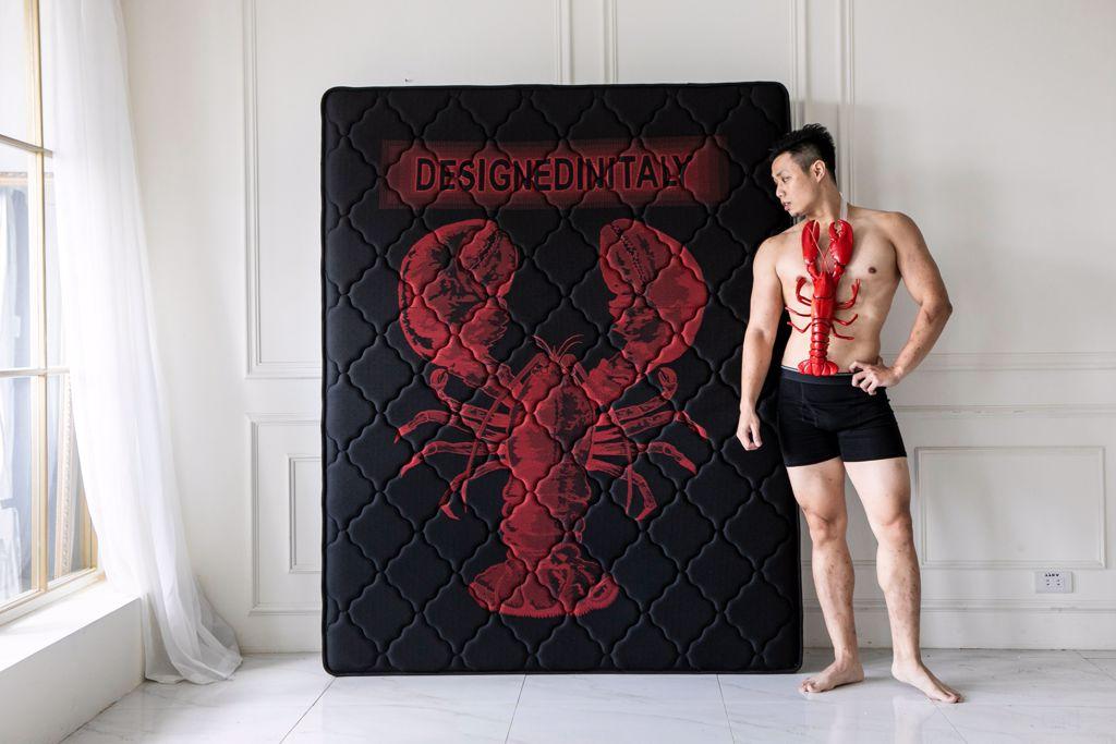 電商傢俱業者向《與龍共舞》致敬,推出的龍蝦床墊(圖片提供obis)